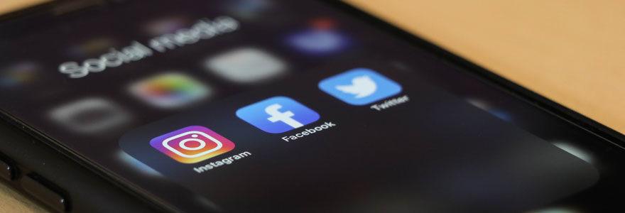 Photo d'un téléphone ouvert sur les applications sociales